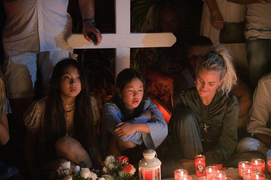 Laeticia Hallyday et ses filles Jade et Joy se recueillent sur la tombe de Johnny à Saint-Barthélemy pour le deuxième anniversaire de la mort du Taulier, le 5 décembre 2019