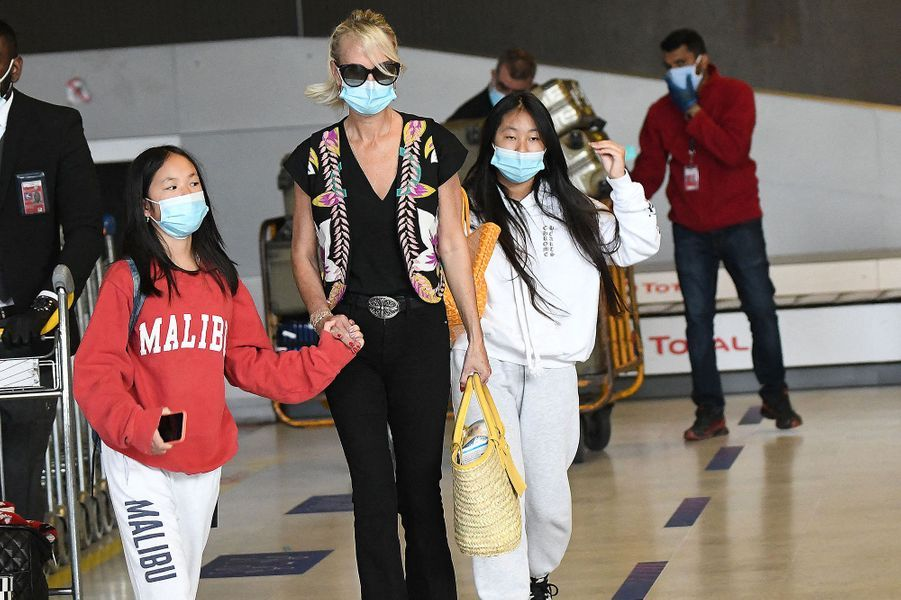 Laeticia Hallyday avec ses filles Jade et Joy à l'aéroportde Paris-Charles-de-Gaulle le 18 juin 2020