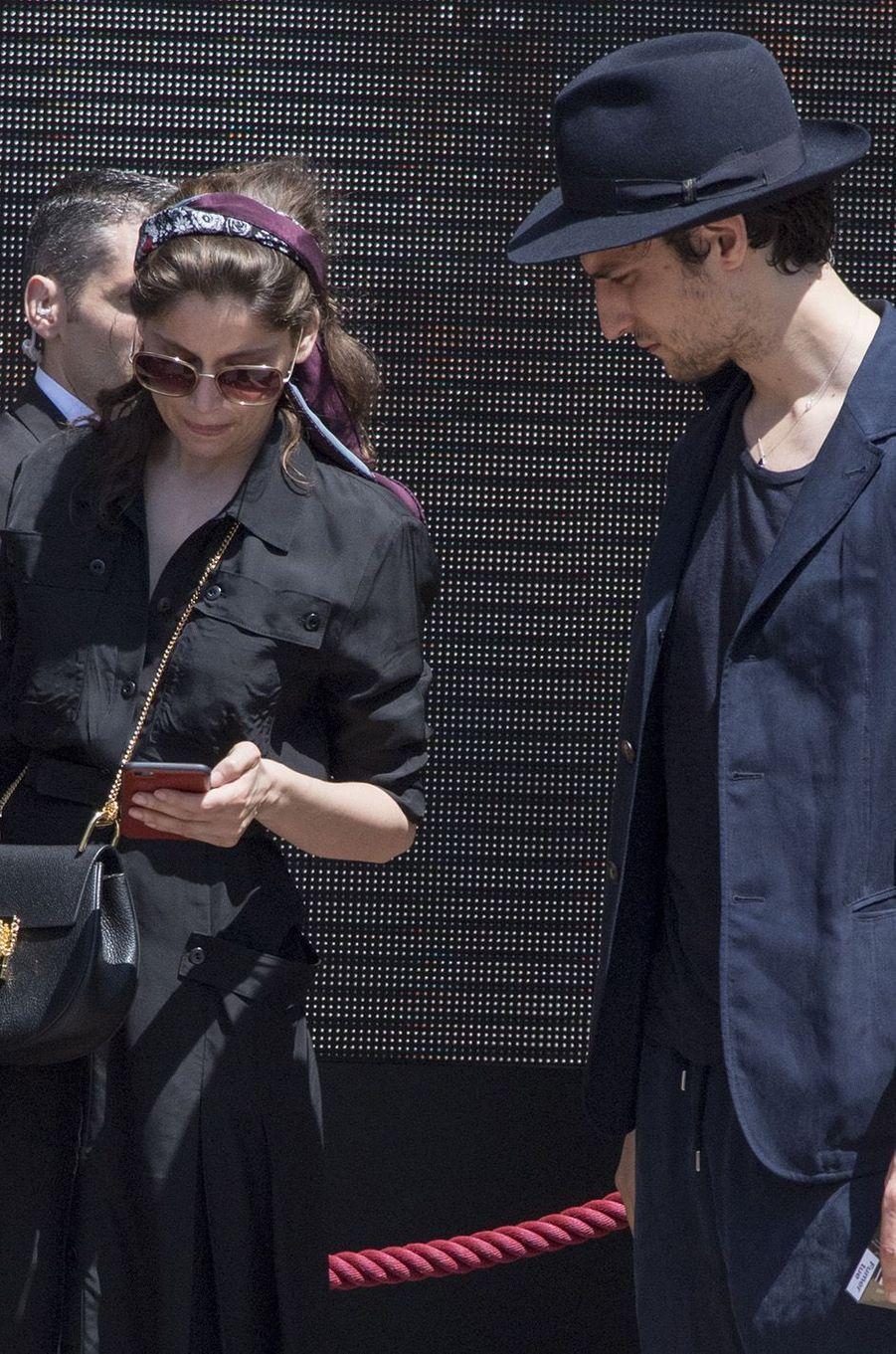 Laetitia Casta et Louis Garrel à l'entrée de l'hôtel Martinez, à Cannes, mai 2017.