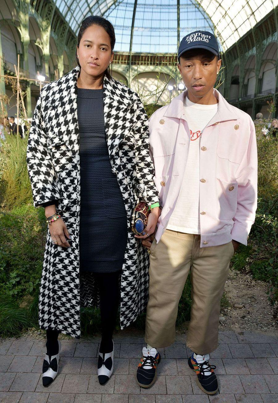 Pharrell Williams et sa femme Helen Lasichanhau défilé Chanel Haute Couture printemps-été 2020 au Grand Palais àParismardi 21 janvier.