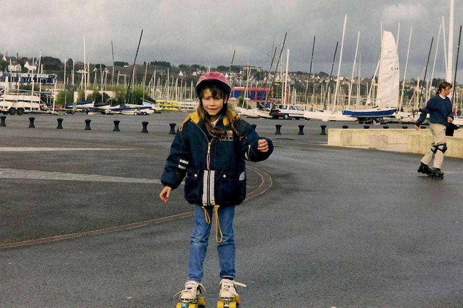 PATINS À ROULETTES Port de Brest, 1997 Mon nouveau défi ! Je ne les quitte pas tant que je ne réussis pas à faire un tour complet du parking sans tomber.
