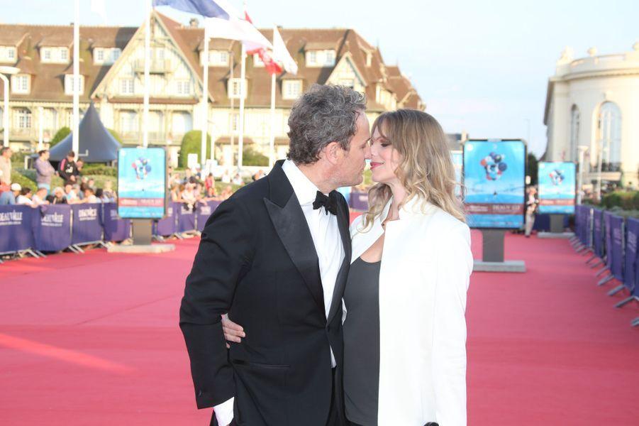 Jason Clarke et son épouse lors de l'ouverture du 44e Festival de Deauville.