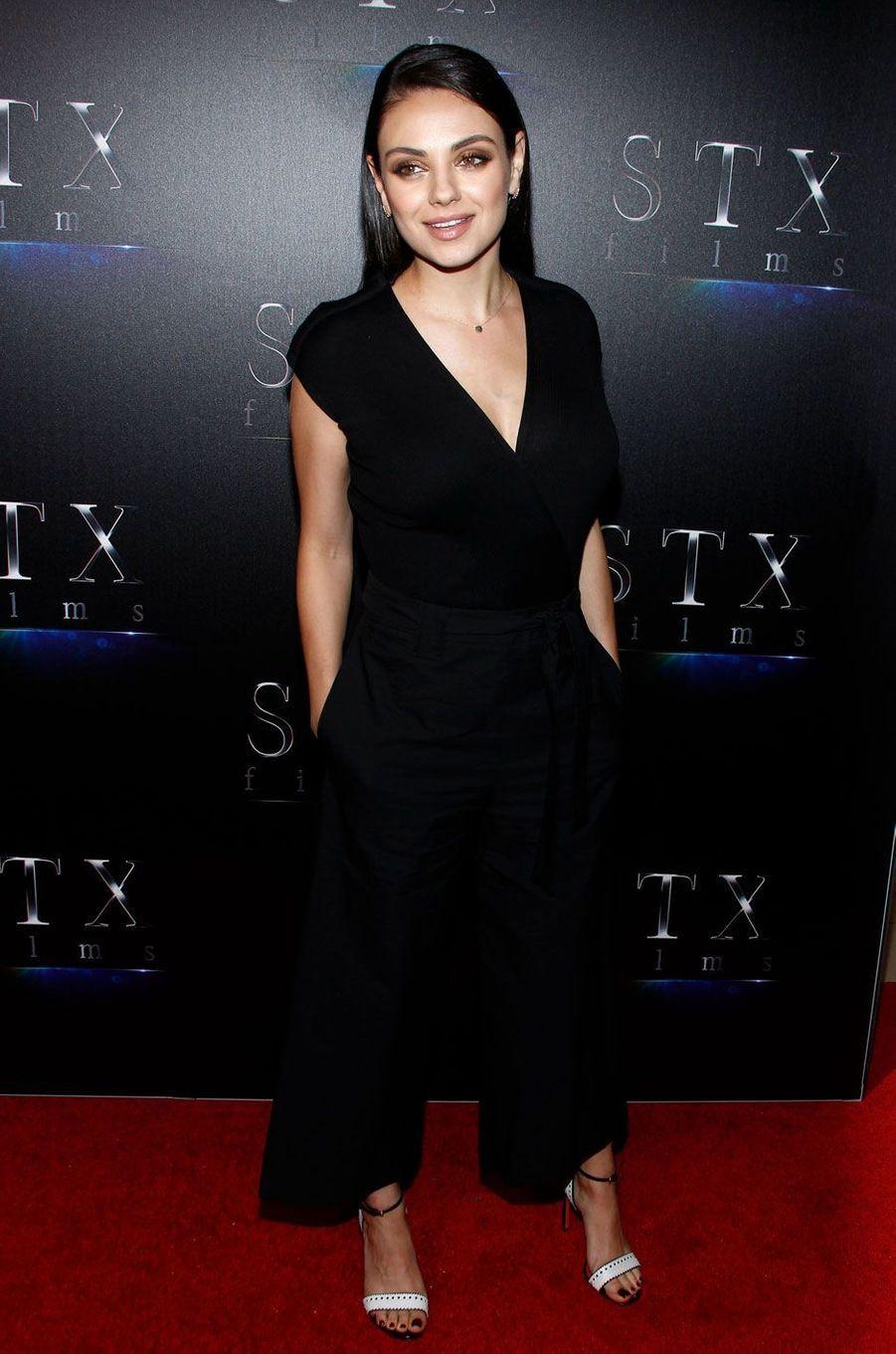 Mila Kunis souriante à Las Vegas.