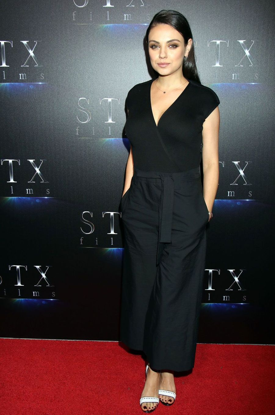 Mila Kunis en combinaison noire.