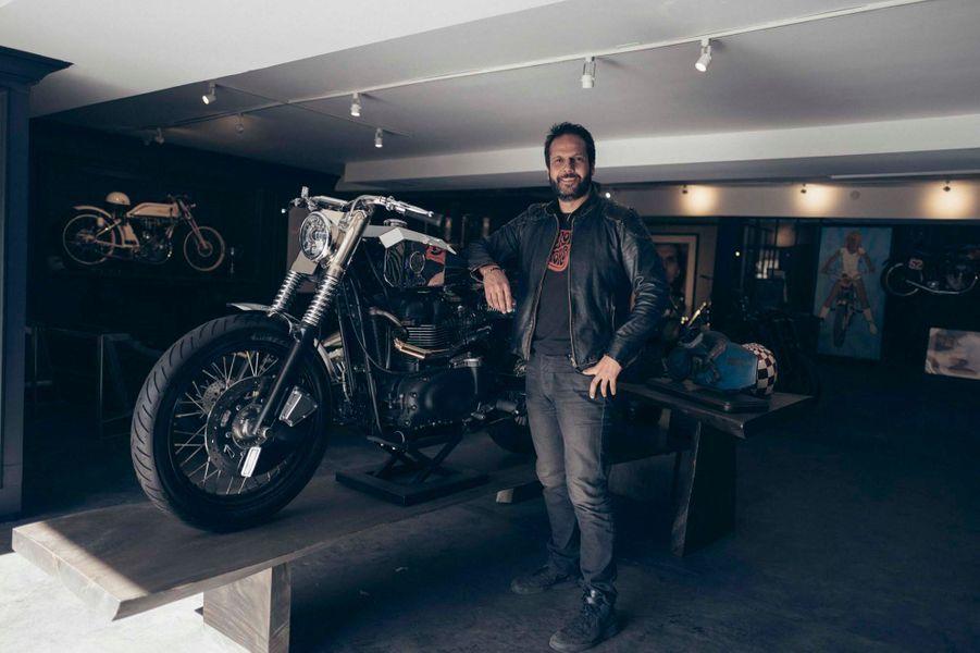 La moto que Johnny n'a jamais pu conduire que son ami Serge Bueno avait spécialement customisée, d'une valeur de 60000 dollars.