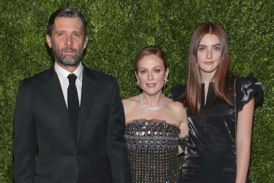 Julianne Moore, son époux Bart Freundlich et leur fille Liv au MoMA