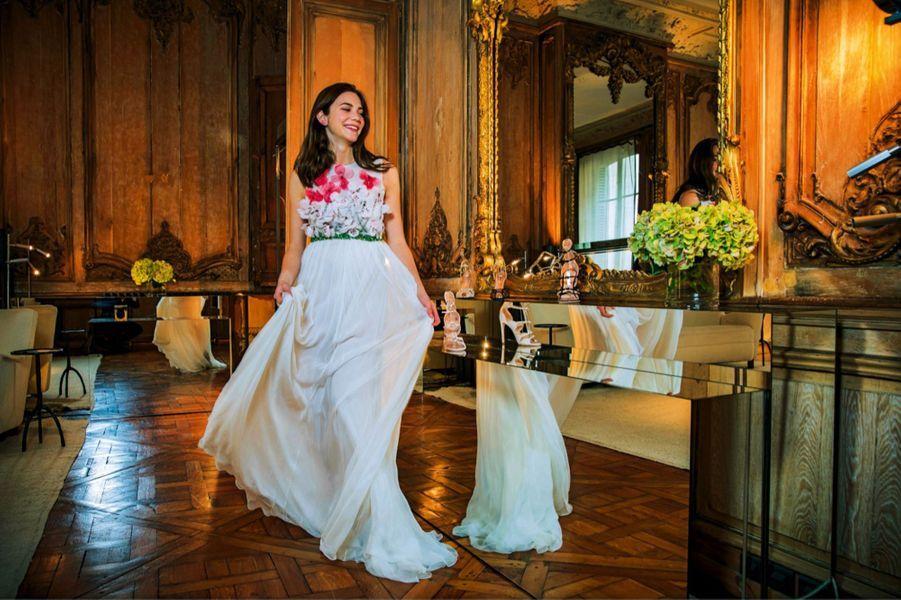 Maïa Twombly, 17 ans. En fidèle petite-fille et fille d'artiste, l'Américaine, qui vit en Italie, est passionnée de photographie. Elle est venue faire les essayages de sa robe dans le showroom de Giambattista Valli à Paris.