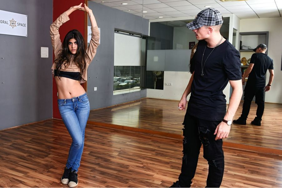 Ananya Birla en répétition dans un studio de danse. Elle a sorti son premier disque : « Livin' the Life ».