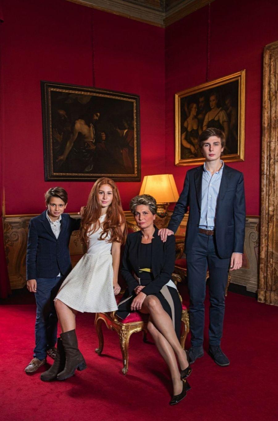 Altea Patrizi Naro Montoro, 16 ans. Avec sa mère, la marquise Flaminia Patrizi Naro Montoro, ses frères, Giulio, 12 ans, et Filippo, 18 ans, au Palazzo Patrizi, leur demeure romaine.