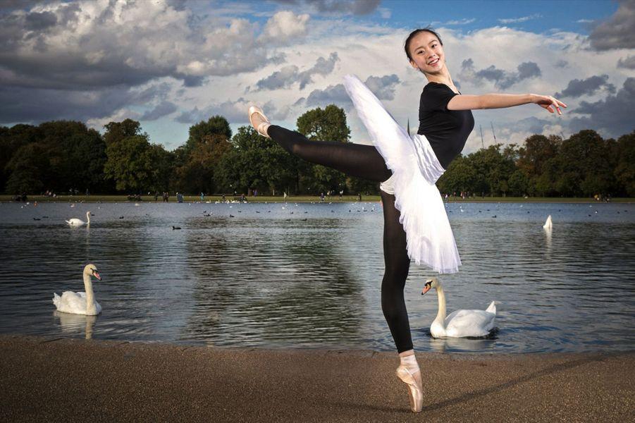 Yu Hang, 17 ans. En tutu à Hyde Park pour son interprétation du « Lac des Cygnes » avant de revêtir sa robe de bal pour la soirée du 26 novembre.