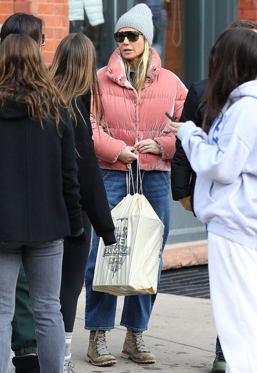 Gwyneth Paltrow faitses courses de Noël avec un groupe d'amis à Aspen le 23 décembre 2019