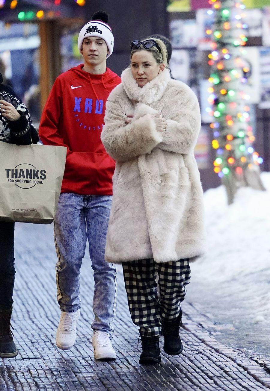 Kate Hudson et son fils Ryderfont leurs achats de Noël à Aspen le 22 décembre 2019