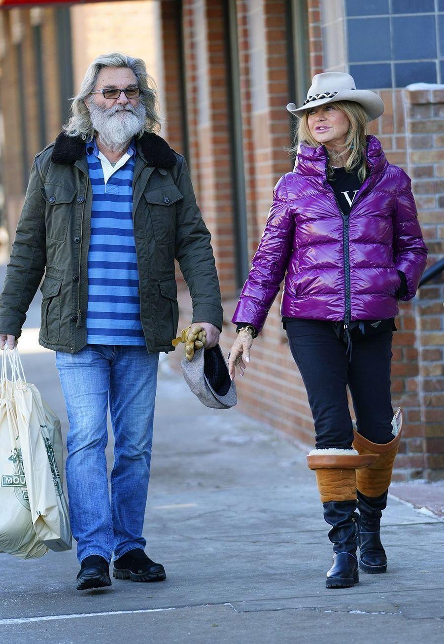 Kurt Russell et Goldie Hawnse promènent dans les rues d'Aspen le 21 décembre 2019