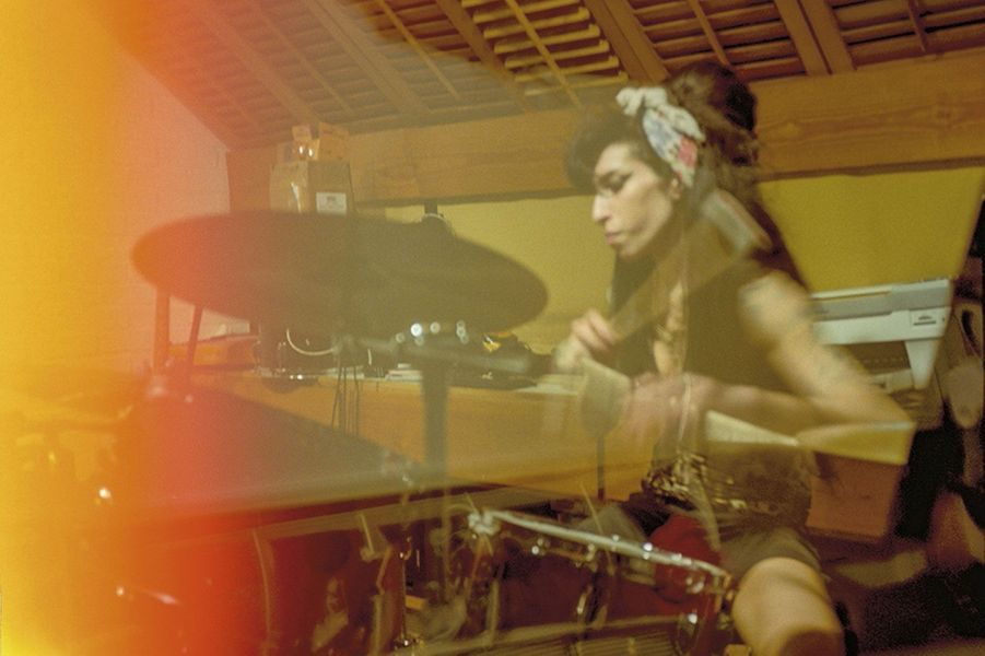 En 2008, Amy se défoule à la batterie dans le studio aménagé chez elle, dans le quartier de Camden Town, à Londres.