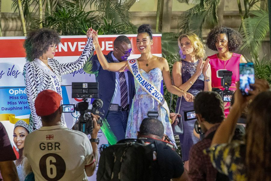 Clémence Botino et Ophély Mézino arrivent en Guadeloupe avec Sylvie Tellier le lundi 13 décembre 2020, après avoir obtenu respectivement les titres de Miss France 2020 et de première dauphine de Miss Monde 2019.