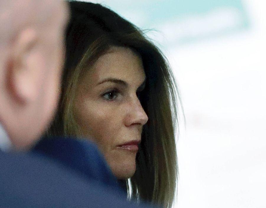 Lori Loughlinet son mari Mossimo Giannulli arrivent à la Cour fédérale de Boston pour une audience préliminaire le 27 août 2019