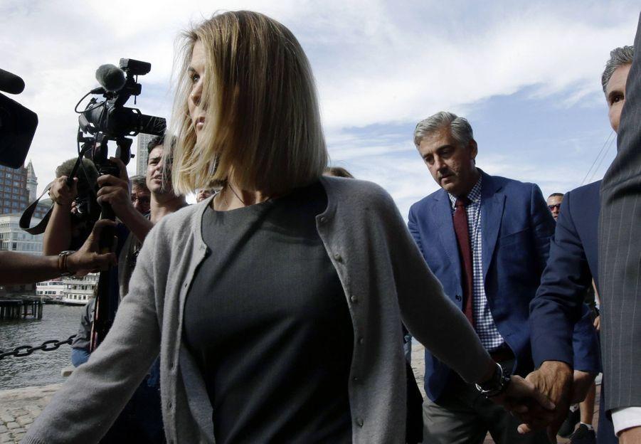Lori Loughlinet son mari Mossimo Giannulli quittent la Cour fédérale de Boston après une audience préliminaire le 27 août 2019