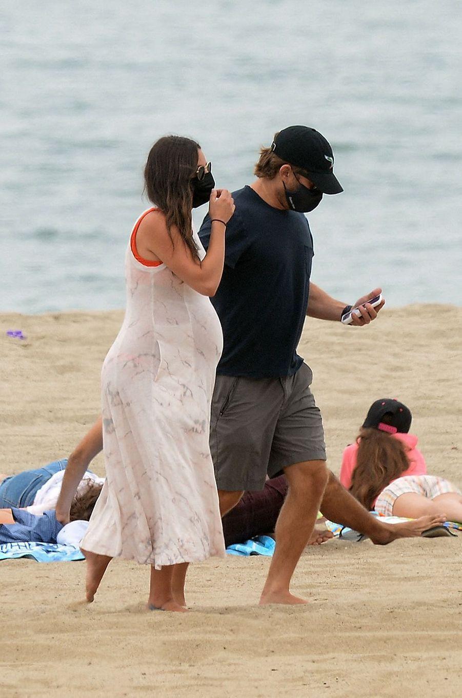 Lea Michele sur une plage de Santa Monica, à Los Angeles, avec son mari Zandy Reich le 4 août 2020