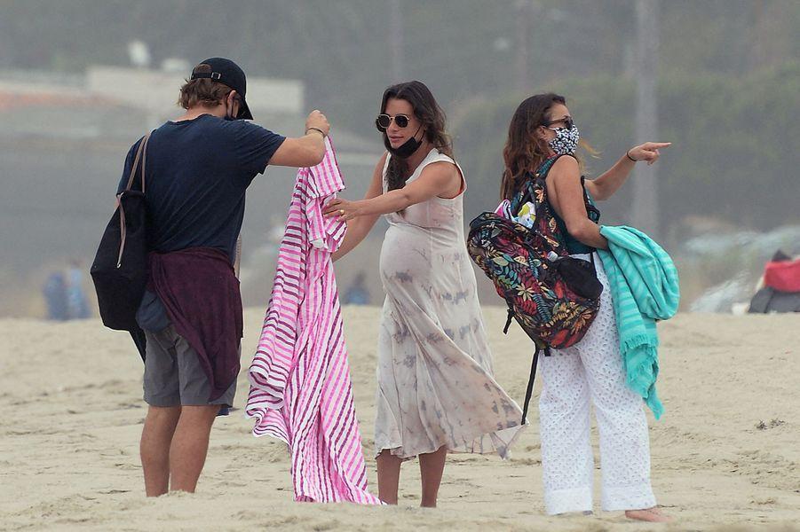 Lea Michele sur une plage de Santa Monica, à Los Angeles, avec son mari Zandy Reich et sa mère Edith Sarfati le 4 août 2020