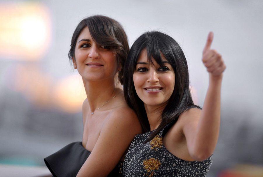"""Leïla Bekhti et Géraldine Nakache pendant la diffusion de l'émission """"Le Grand Journal"""" lors de la 63ème édition du Festival de Cannes en 2010."""