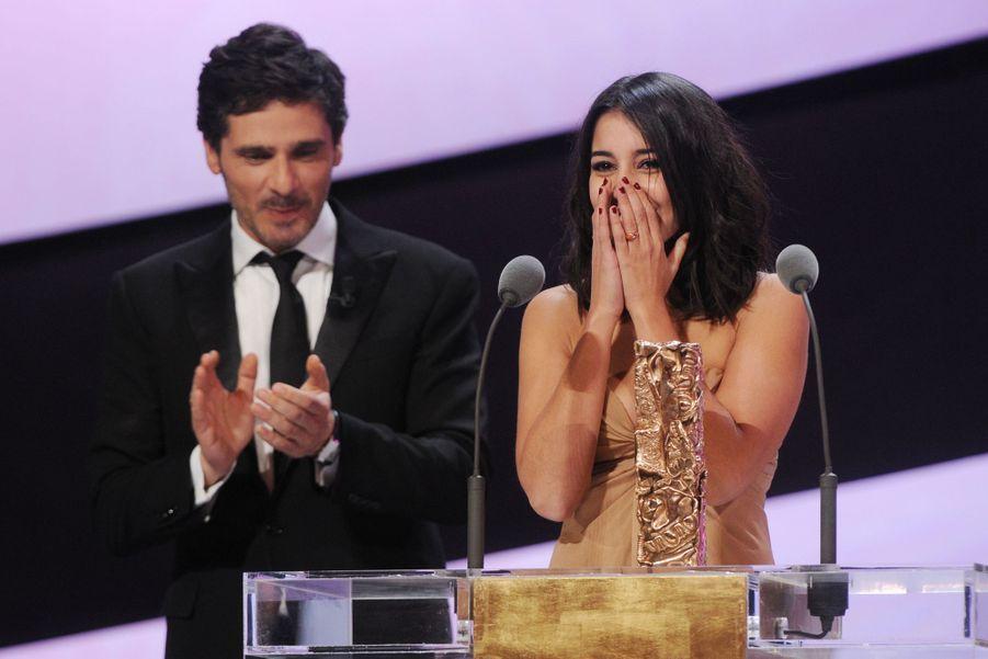 Décerné par Pascal Elbe, Leïla Bekhti reçoit le César du Meilleur Espoir Fémininlors de la 36ème cérémonie des Césars à Paris en 2011.
