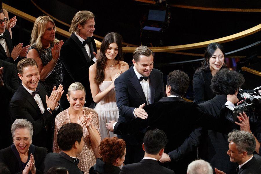 Camila Morrone et Leonardo DiCaprio (avec Brad Pitt et Brie Larson) applaudissent l'équipe de «Parasite» lors des Oscars à Los Angeles le 9 février 2020