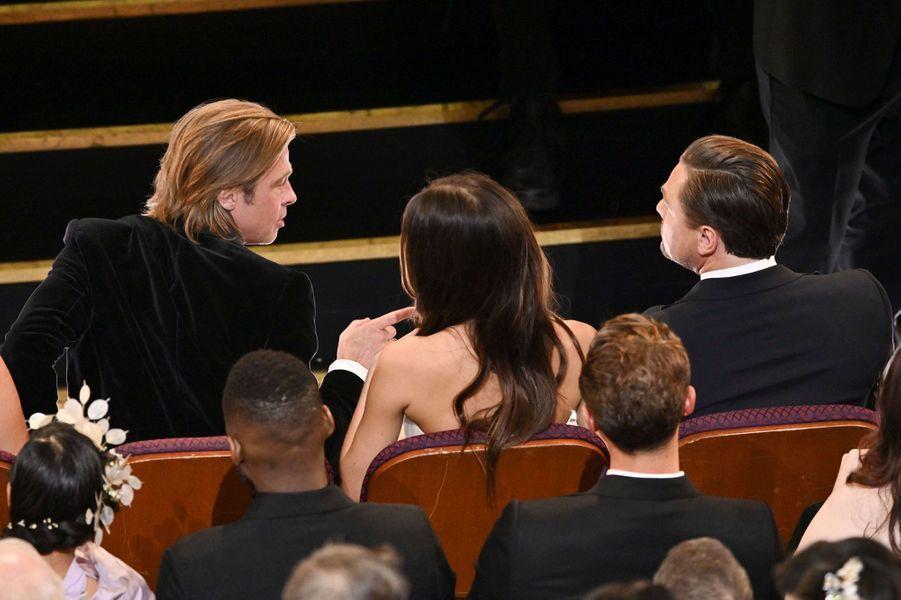 Camila Morrone et Leonardo DiCaprio avec Brad Pittlors des Oscars à Los Angeles le 9 février 2020