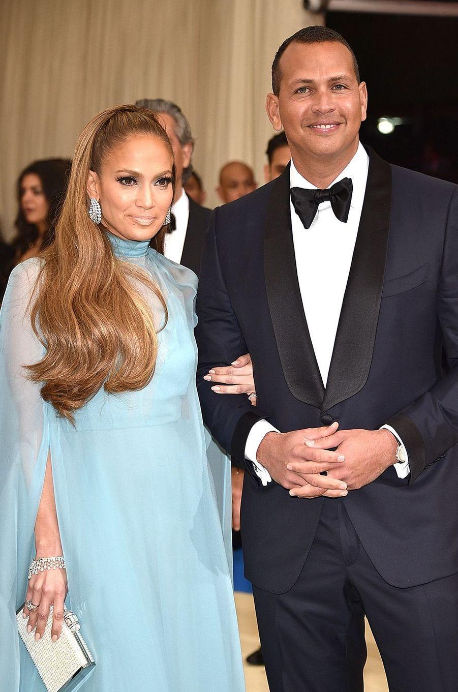 Jennifer Lopez et Alex Rodriguez au gala du MET à New York en mai 2017.Le couple se fréquente depuis le début de l'année 2017 et s'est fiancé en 2019.