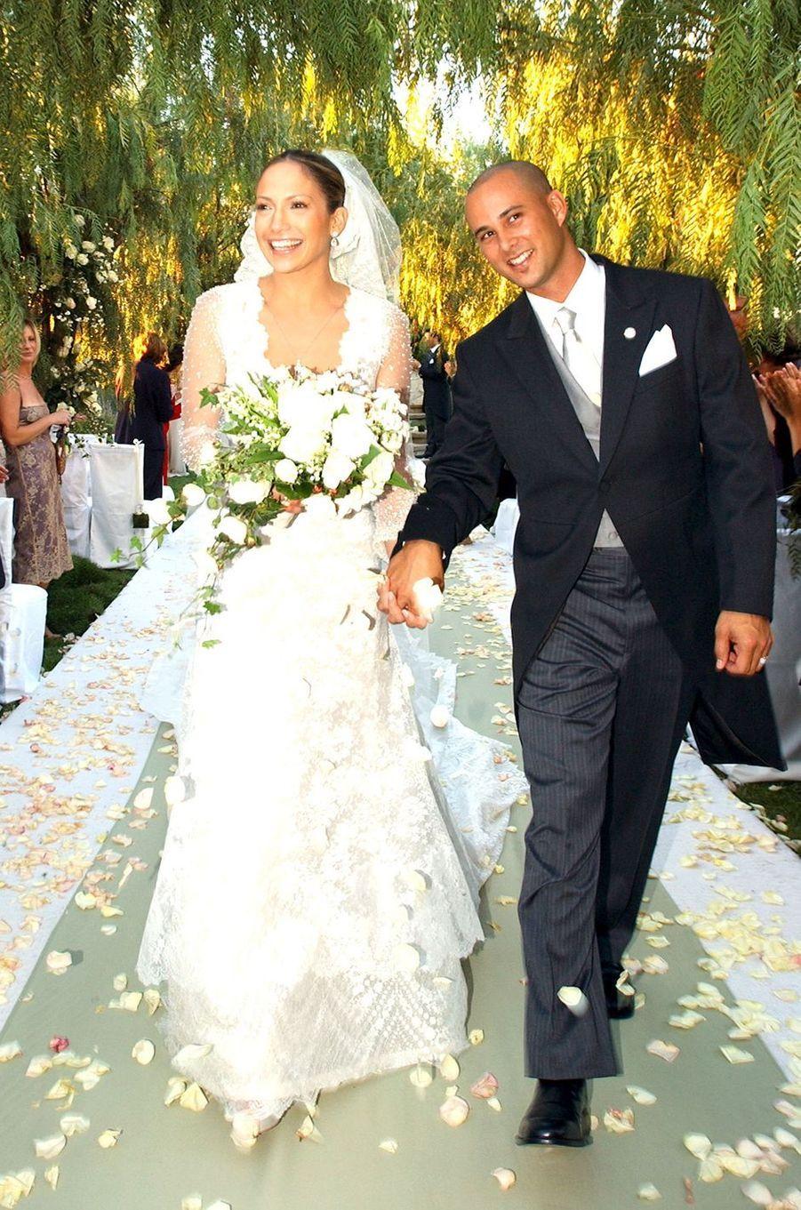 Jennifer Lopez et Cris Judd lors de leur mariage à Calabasas en septembre 2001.Le couple a été marié entre 2001 et 2002.