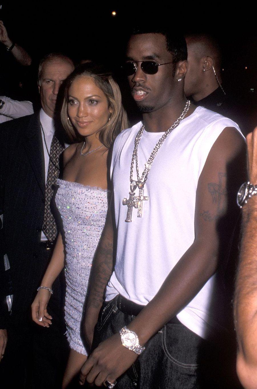 Jennifer Lopez et Sean Combs aux MTV Video Music Awards à New York en septembre 1999. Le duo de stars s'est fréquenté plusieurs mois entre 1999 et 2000.