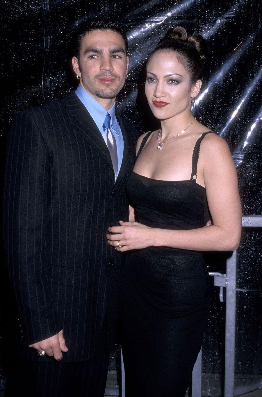 Ojani Noa et Jennifer Lopez lors d'une inauguration à Los Angeles en février 1998.Le couple a été marié entre 1997 et 1998.