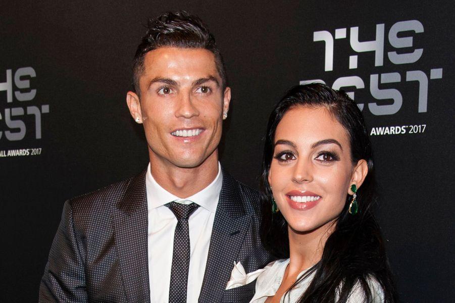 Cristiano Ronaldo a d'abord accueilli les jumeaux Eva et Mateo, nés de mère porteuse, en juin dernier, puis sa compagne Georgina Rodriguez a donné naissance à la petite Alana Martina le 12 novembre 2017.