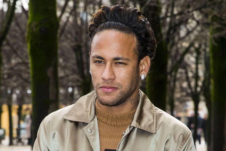 Neymar Jr à l'entrée du défilé Louis Vuitton le 18 janvier à Paris