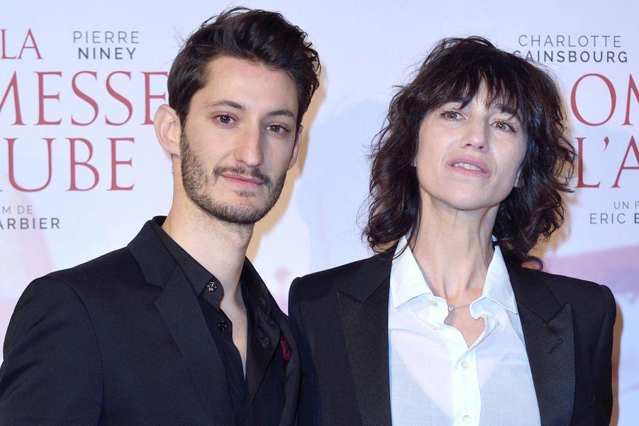 """Pierre Niney et Charlotte Gainsbourgà l'avant-première de """"La promesse de l'Aube"""", le 12 décembre 2017 à Paris."""