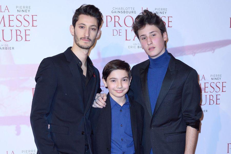 """Pierre Niney, Pawel Puchalski et Nemo Schiffmanà l'avant-première de """"La promesse de l'Aube"""", le 12 décembre 2017 à Paris."""