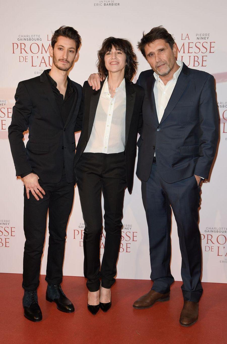 """Pierre Niney, Charlotte Gainsbourg et Eric Barbierà l'avant-première de """"La promesse de l'Aube"""", le 12 décembre 2017 à Paris."""