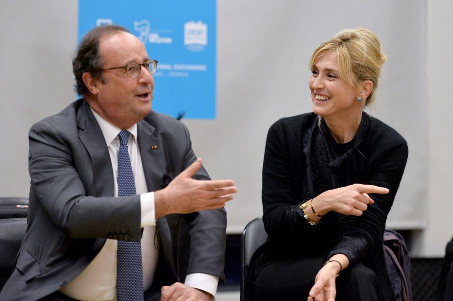 Julie Gayet et François Hollande, ensemble depuis plusieurs années, ont 18 ans de différence d'âge.