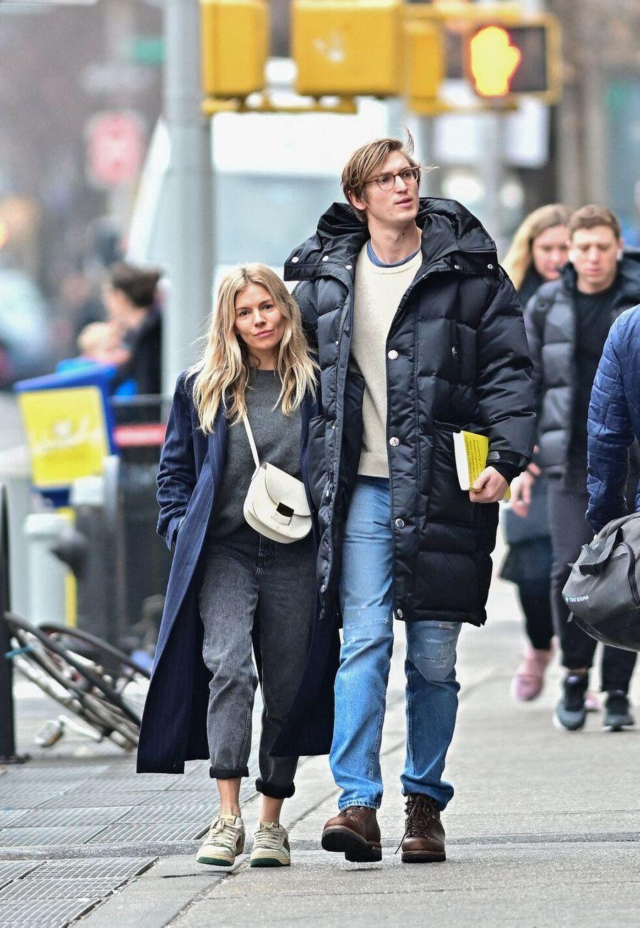 Sienna Miller et Lucas Zwirner, en couple depuis 2019, ont 9 ans de différence d'âge.