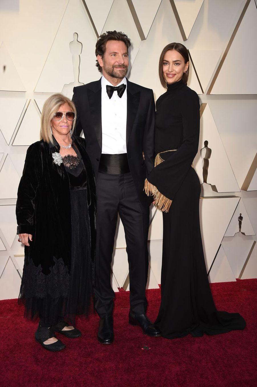 Bradley Cooper, sa mère Gloria et Irina Shayk sur le tapis rouge de la 91e cérémonie des Oscars le 24 février 2019