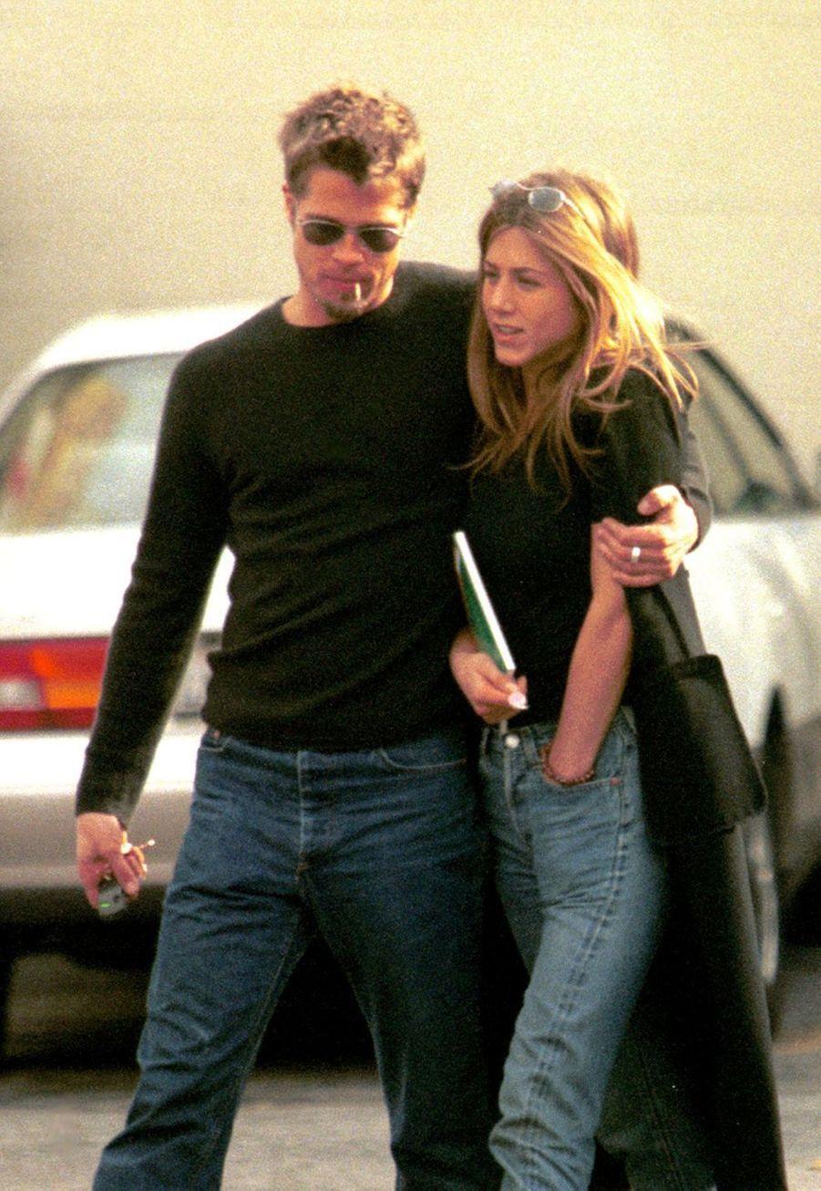 Brad Pitt et Jennifer Aniston dans les rues de Beverly Hills en mars 1999
