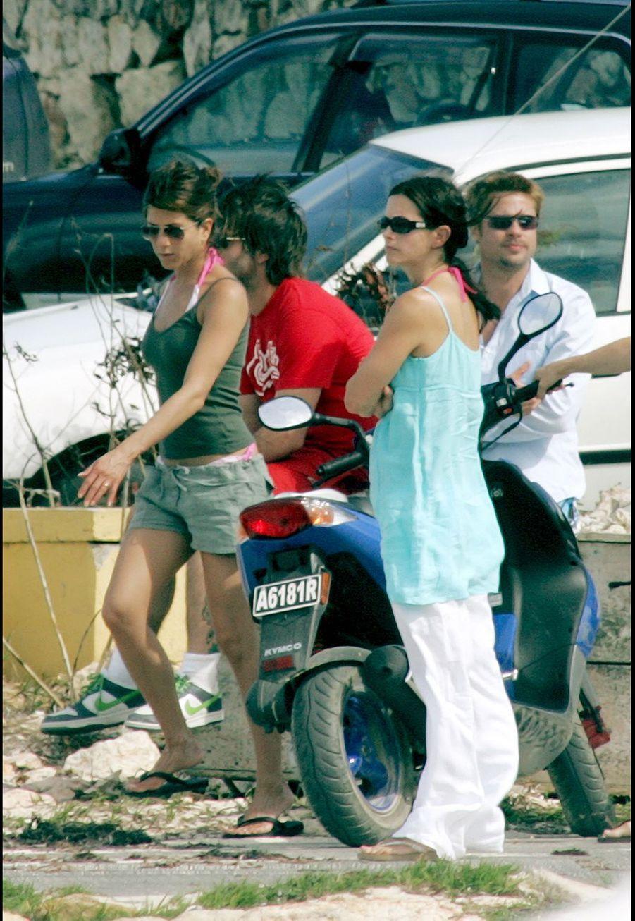 Jennifer Aniston et Brad Pitt lors de leurs dernières vacances àAnguilla le 2 janvier 2005, notamment avec leurs amis Courteney Cox et David Arquette. Cinq jours plus tard, le couple se séparait.