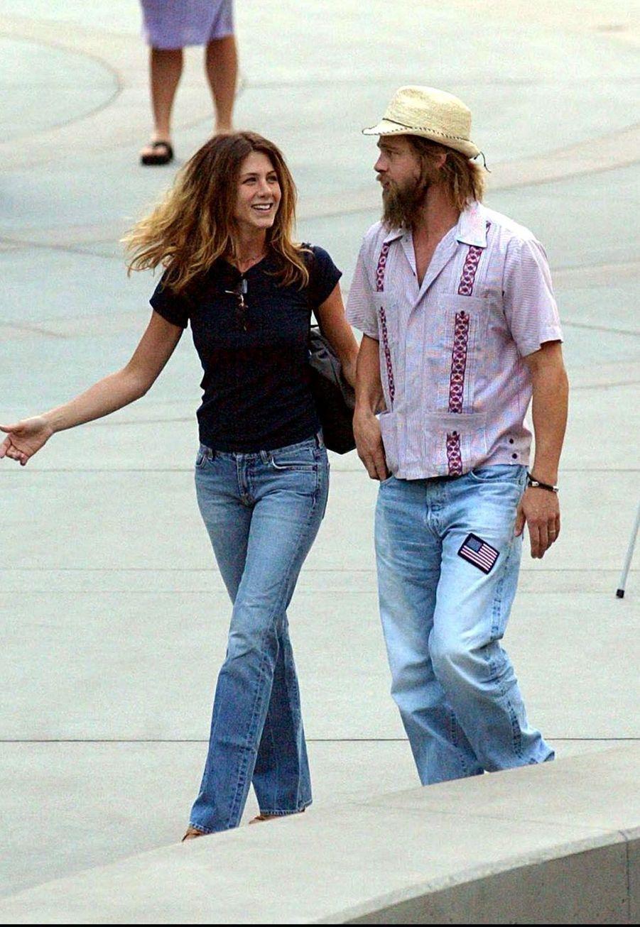 Jennifer Aniston et Brad Pitt dans les rues d'Hollywood en juillet 2002