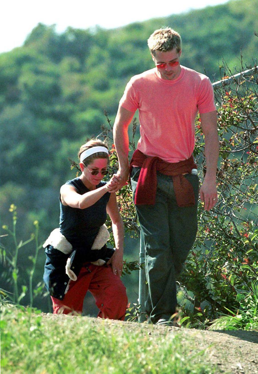 Jennifer Aniston et Brad Pitt en randonnée à Los Angeles en avril 2001