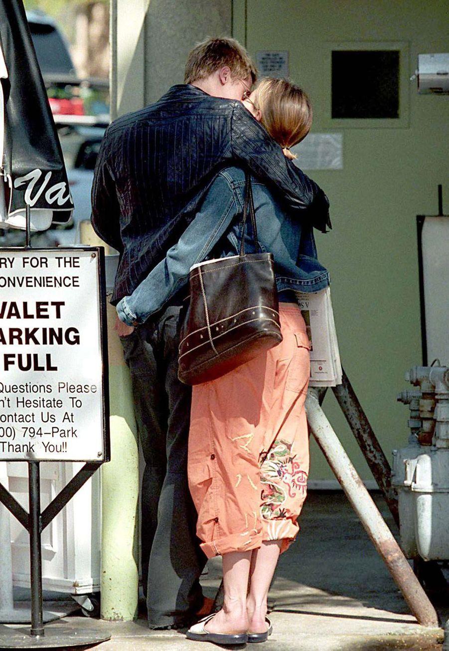 Jennifer Aniston et Brad Pitt dans les rues de Los Angeles en avril 2001