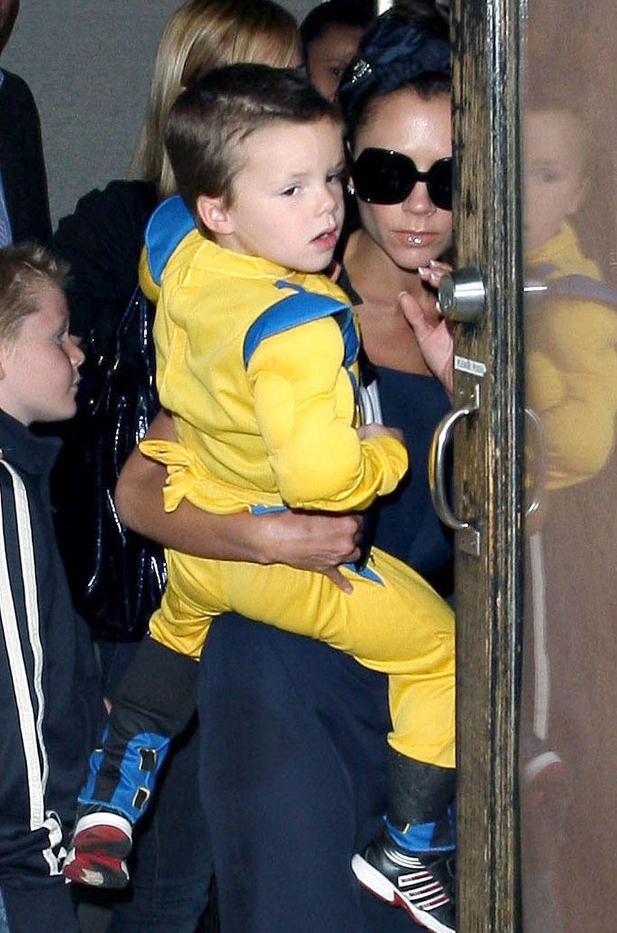 Cruz Beckham en février 2009 dans les bras de sa mère Victoria Beckham