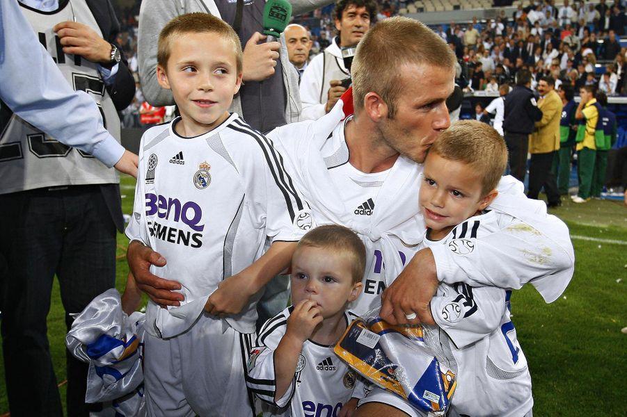 Brooklyn, Cruz et Romeo Beckham avec leur père David Beckham en juin 2007
