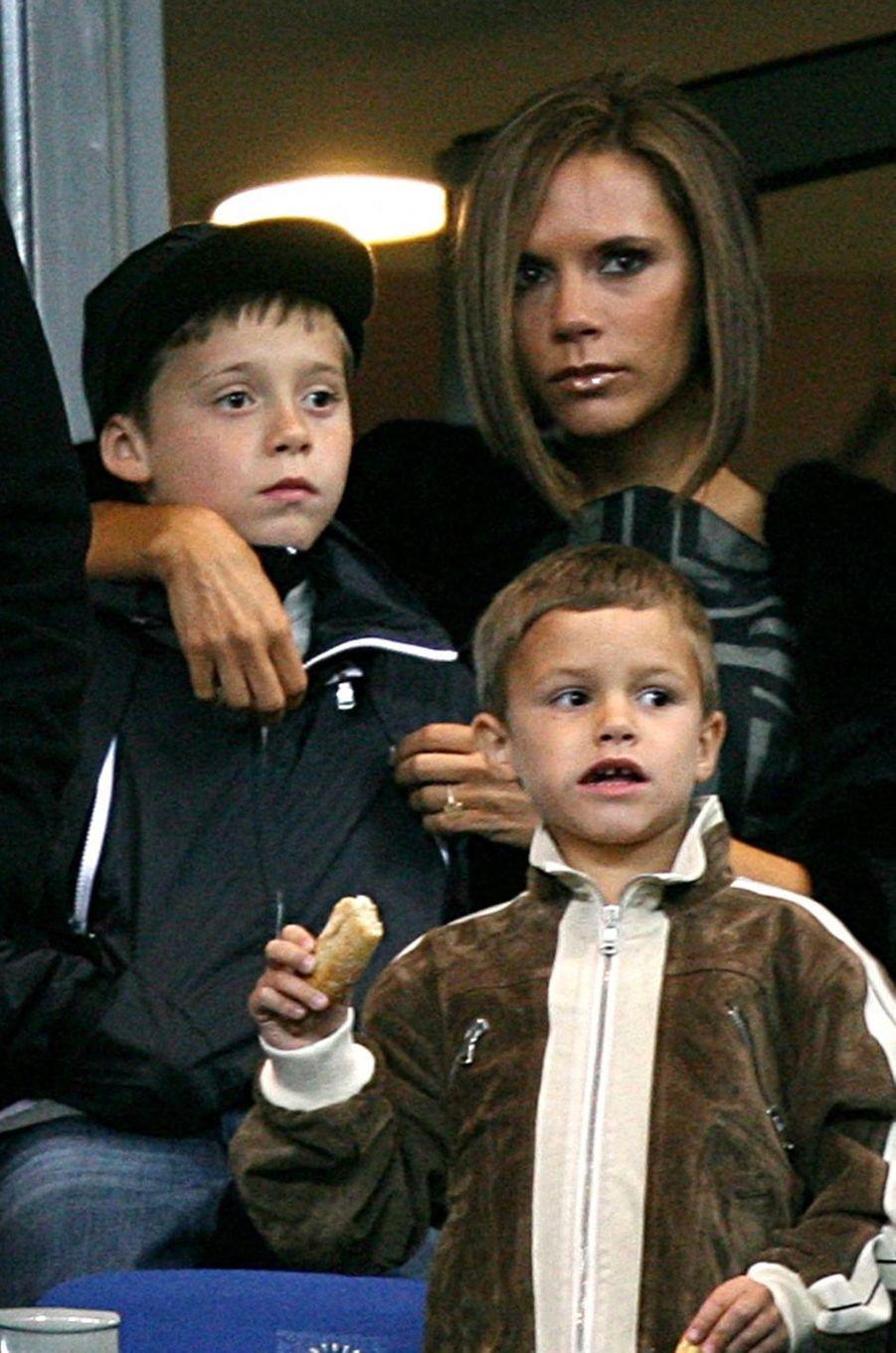 Brooklyn et Romeo Beckham avec leur mère Victoria Beckham en mars 2008