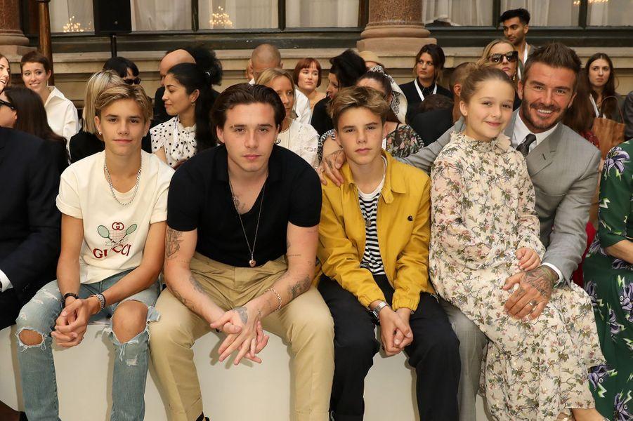 Romeo, Brooklyn, Cruz et Harper Beckham avec leur père David Beckham au défilé de Victoria Beckham en septembre 2019