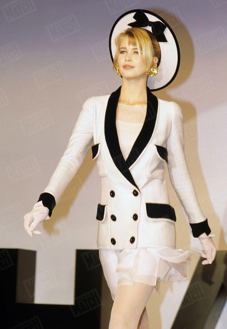 Claudia Schiffer défilant pour Chanel en 1990