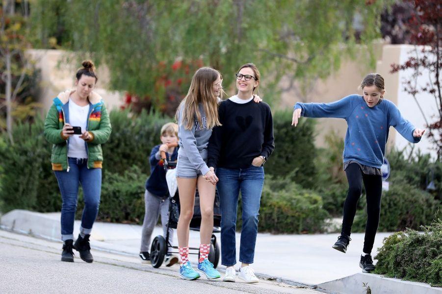 Jennifer Garner avec ses filles Violet et Seraphina et son fils Samuel à Los Angeles le 1er avril 2020